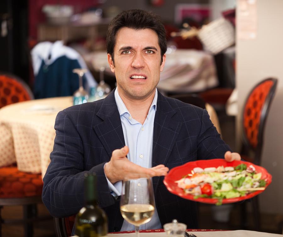 Он никогда не был доволен едой или обслуживанием в местном кафе. Но даже он потерял дар речи, когда произошло это!