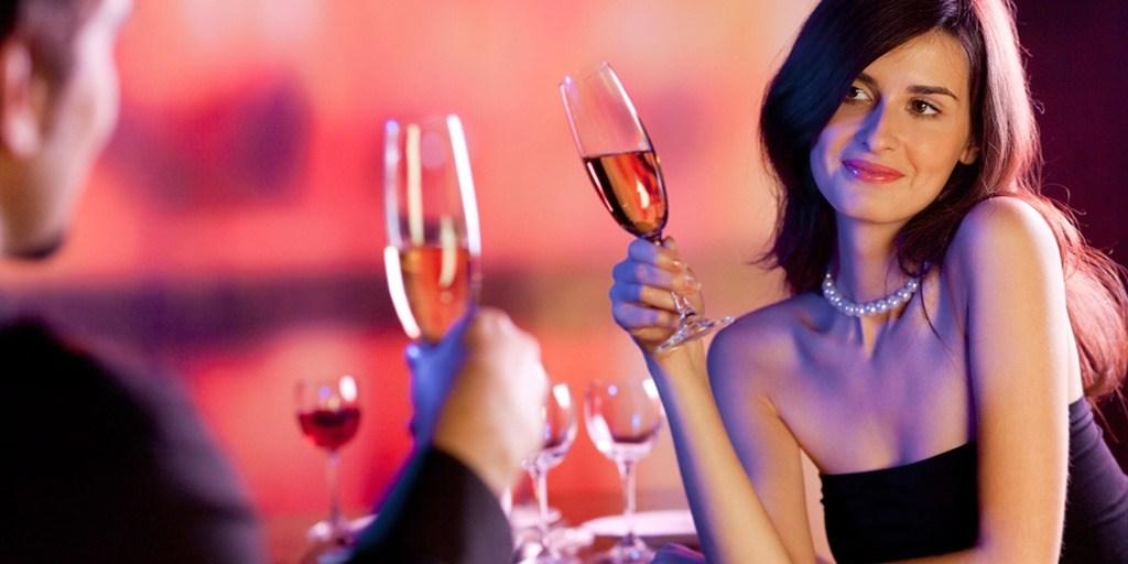 Официантка спросила женщину, почему ее муж пытается спрятаться под столом. Ее ответ – это поразительно!