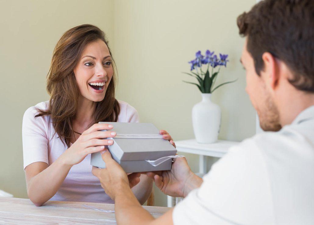Слепой мужчина кое-что купил для своей жены. Но Вы будете шокированы тем, что он в итоге сказал своей супруге!