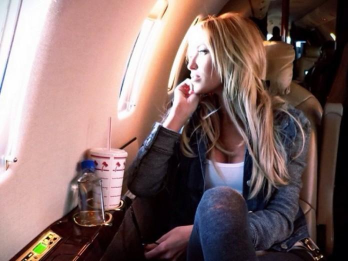 Мужчина, который сидел рядом с ней в самолете, хотел поиграть. Но то, как она ответила ему — это уморительно!