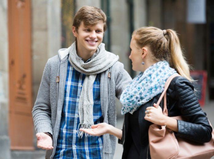 девушка познакомилась с парнем стоят у подъезда