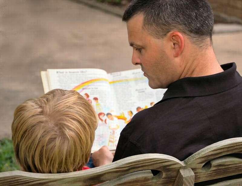 Ребенок застал папу с няней в кровати и использует это, чтобы объяснить ему значение слова «политика». Это уморительно!