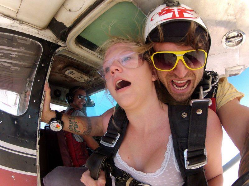 Блондинка готовилась к своему первому прыжку с парашютом. Но то, что она спросила у инструктора – удивительно!