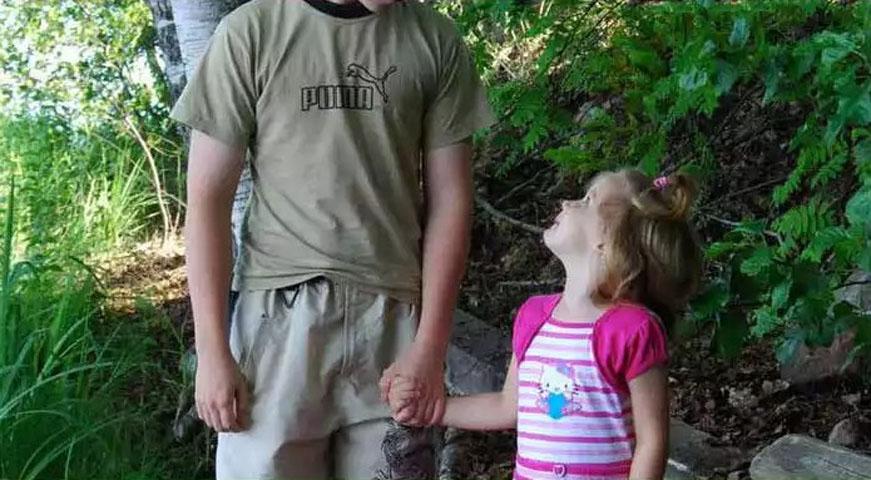 Родители сказали, что этот подросток должен самостоятельно заботиться о его восьмилетней сестре. То как он с этим справляется – блестяще!