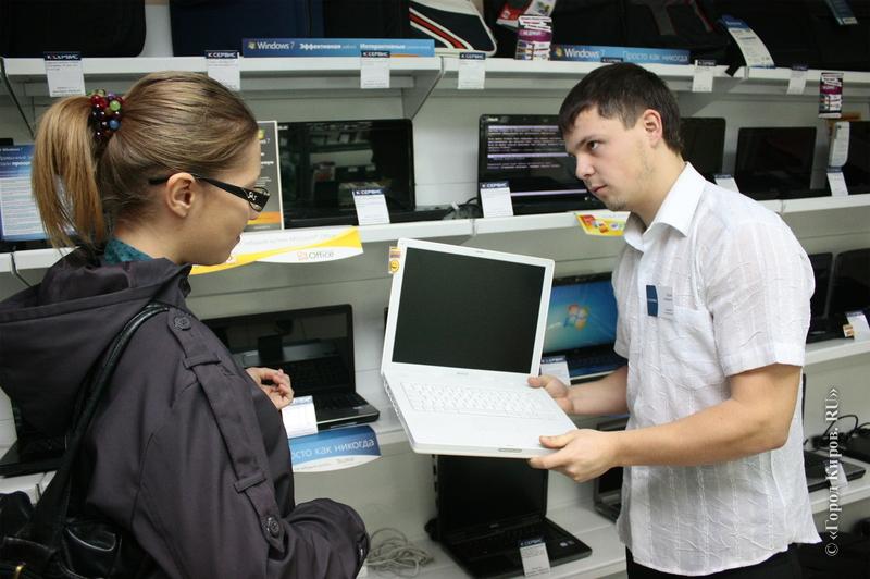 Продавец настаивал на необходимости приобрести дополнительные гарантии при покупке ноутбука. Но он был шокирован, когда клиент высказал свое мнение!