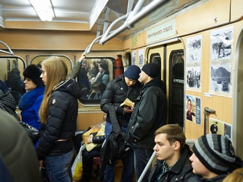 Этот парень точно знает, как удивить и развлечь пассажиров метро!