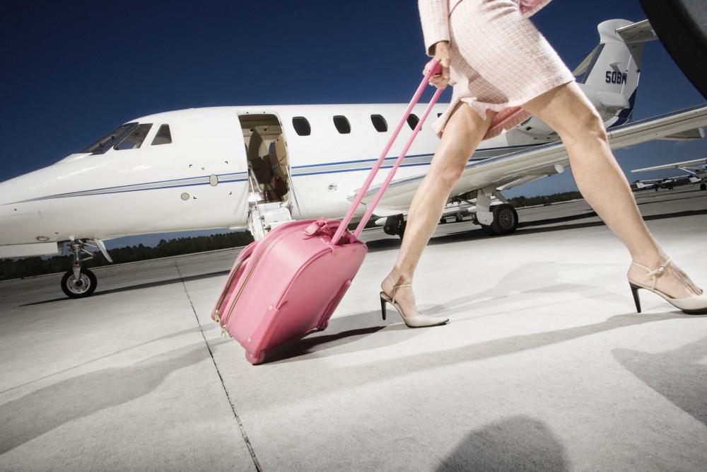 Женщина отказывается покидать первый класс. Что пилот делает, чтобы исправить эту ситуацию – гениально!