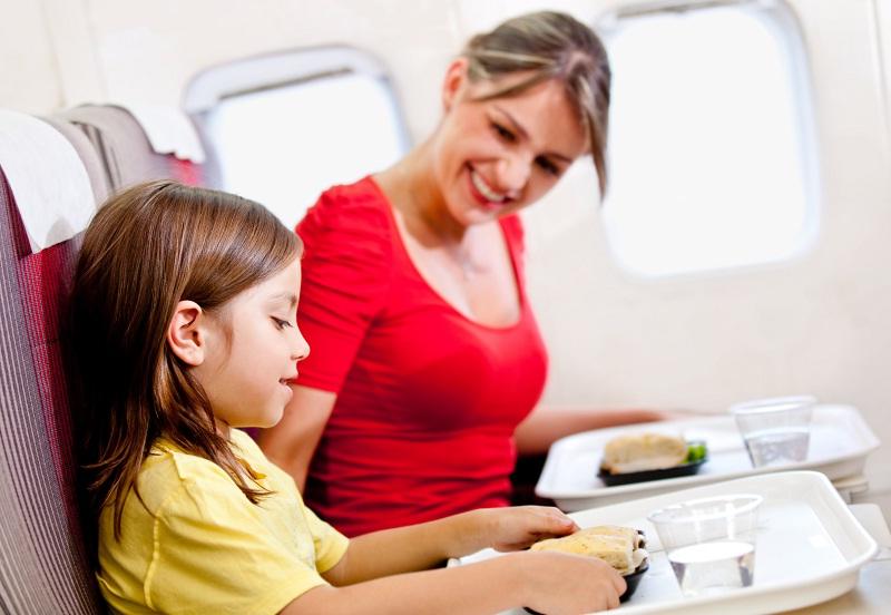 Девятилетняя девочка была расстроена и не хотела сидеть далеко от матери во время полета. Но она никогда не знала, что произойдет это!