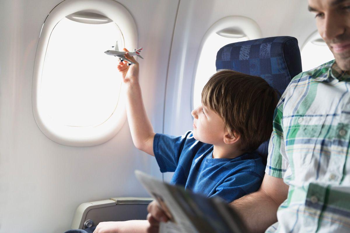 Мама волновалась, когда ее малыш сидел рядом с молодым человеком на протяжении длительного рейса. Но она никогда не думала, что он сделает это!