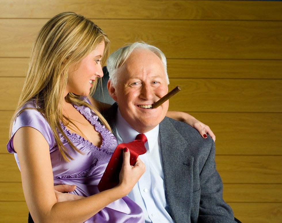 Пожилой мужчина женится на молодой девушке. Но то, что происходит в их , первую брачную ночь – уморительно!