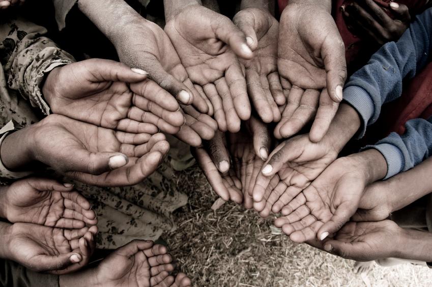 Бедная маленькая девочка попросила у мамы что-нибудь, что можно было принести в школу, в качестве пожертвования для бедных, но мать ей отказала. То, как поступила ее бабушка — достойно уважения!