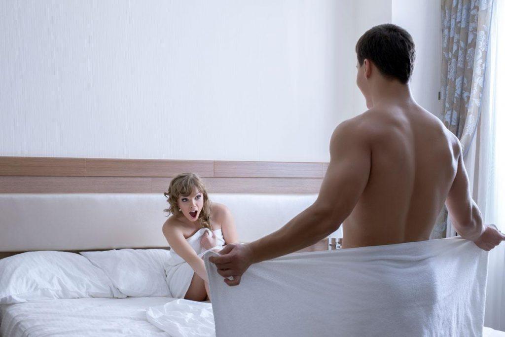 Мужчина прячется в ванной, когда муж любовницы приходит домой, но его оправдания просто – бесценно!