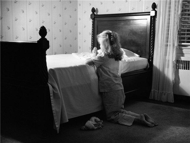 Мама застала свою маленькую дочь, когда она молилась в своей спальне. Но вы не поверите, о чем просила девочка!