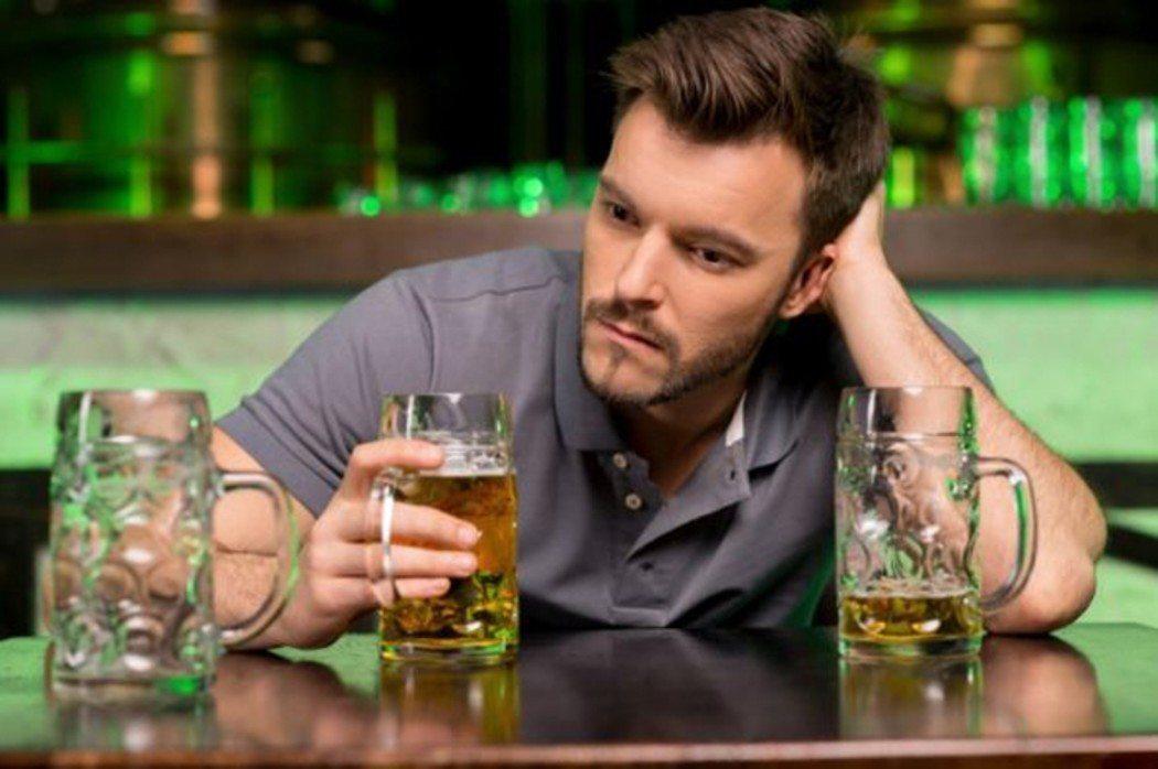 Мужчина в баре делает очень смелое утверждение. Но реакция этой дамы – шокирующая!