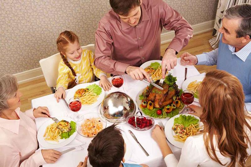 Она пыталась произвести впечатление на своих гостей за ужином. Но то, что сказала ее дочь – шок!