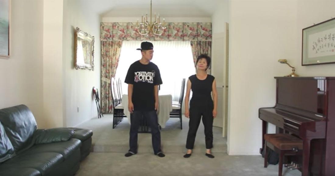 Профессиональный танцор танцует со своей 60-летней мамой в этом замечательном видео. Она делает настоящее шоу своими потрясающими движениями!