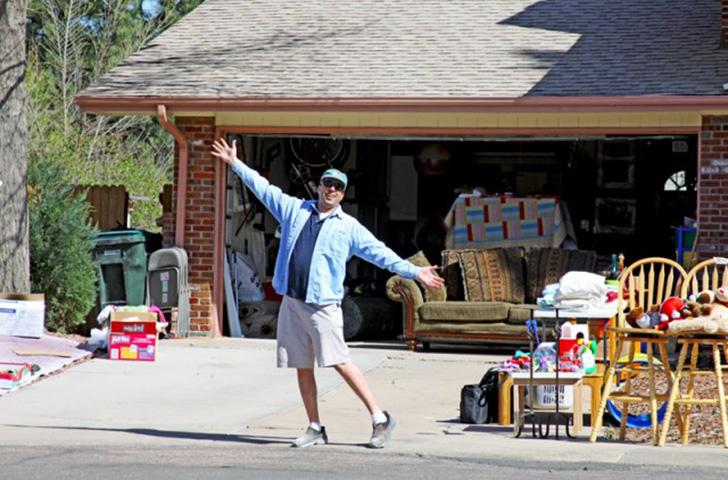 Когда его папа ушел, ему пришлось продать весь старый хлам с его гаража. Но он был ошеломлен, когда произошло это!