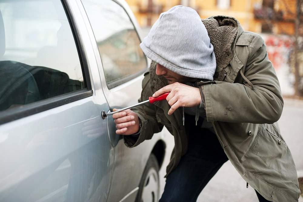 Парень был ошеломлен, увидев свою украденную машину на заправке. Его реакция – бесценно!