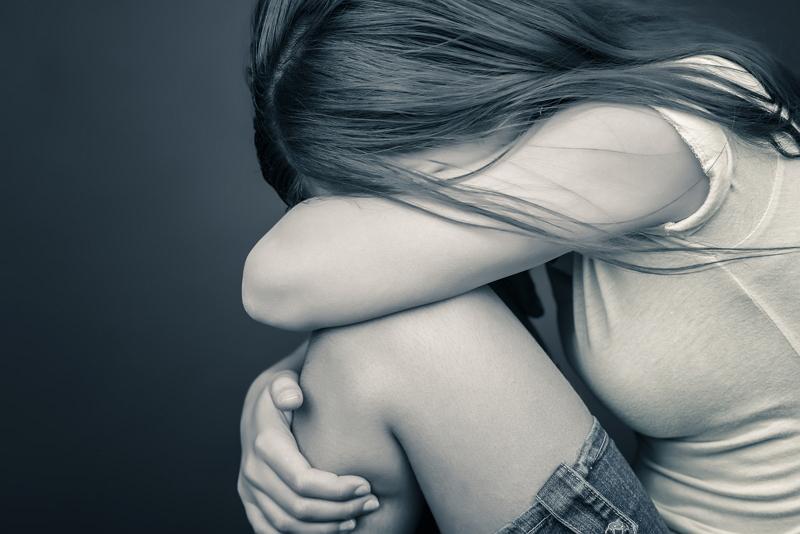 Он вошел в спальню к своей маленькой сестре, которая пыталась порезать себя, потому что она подверглась насилию. Но тогда произошло то, что изменило их жизнь навсегда!