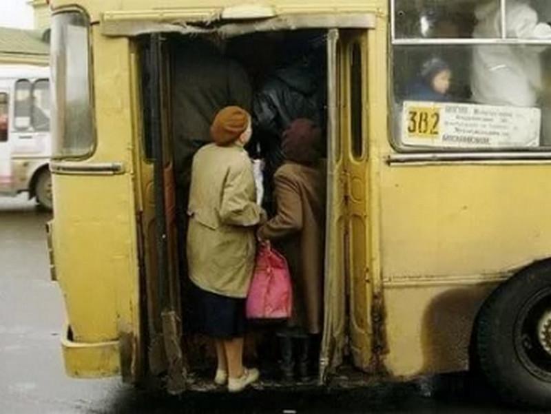 Бабуля, толкаясь, еле влезла в автобус. То, что она там сказала, заставило лечь от смеха всех!