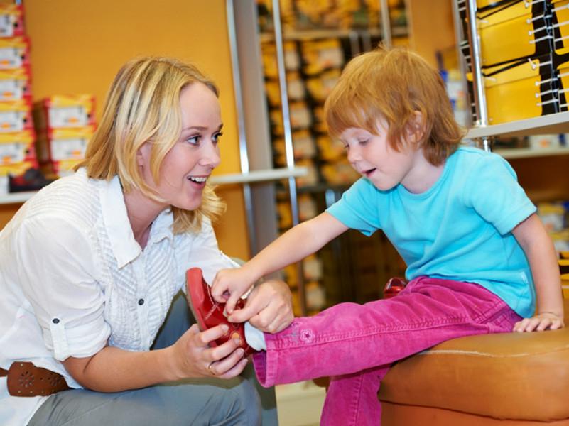 Воспитатель в детсаде помогает мальчику натянуть ботинки… Такого подвоха она точно не ожидала!