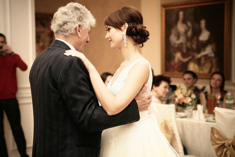 Невеста удивила отца, преподнеся ему этот подарок в день свадьбы. Но то, что последовало затем – уморительно!