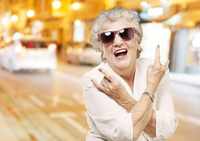 Молодой человек увидел, как пожилая леди преследует его по всему супермаркету. Это просто шок!