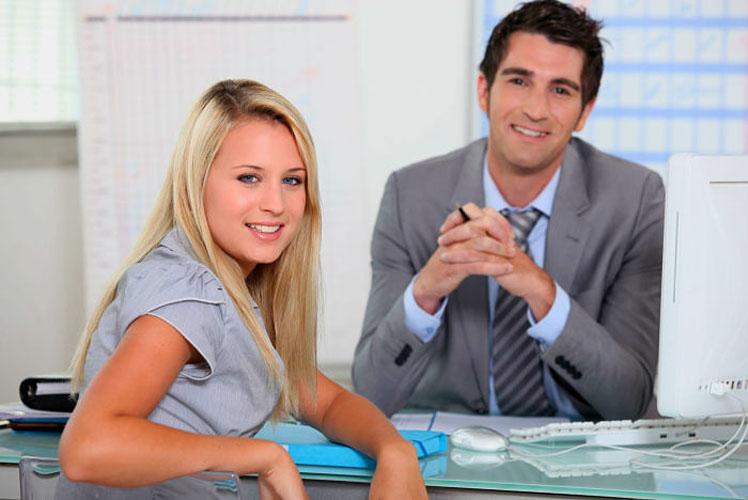 Студентка флиртует со своим учителем, когда приходит сдать экзамен. Но она не ожидала, что он ей так ответит!