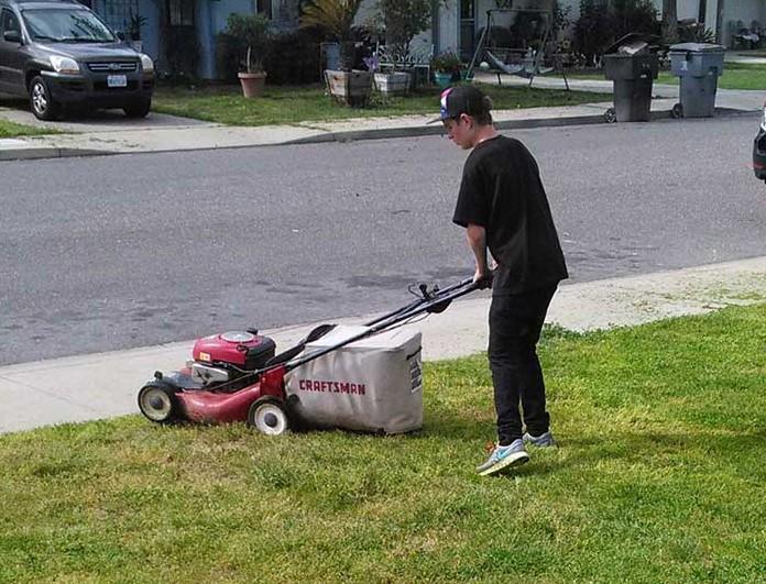 Этот четырнадцатилетний подросток предлагает скосить соседский газон в обмен на деньги. Он был шокирован, когда узнал, с какой целью он хочет подзаработать!