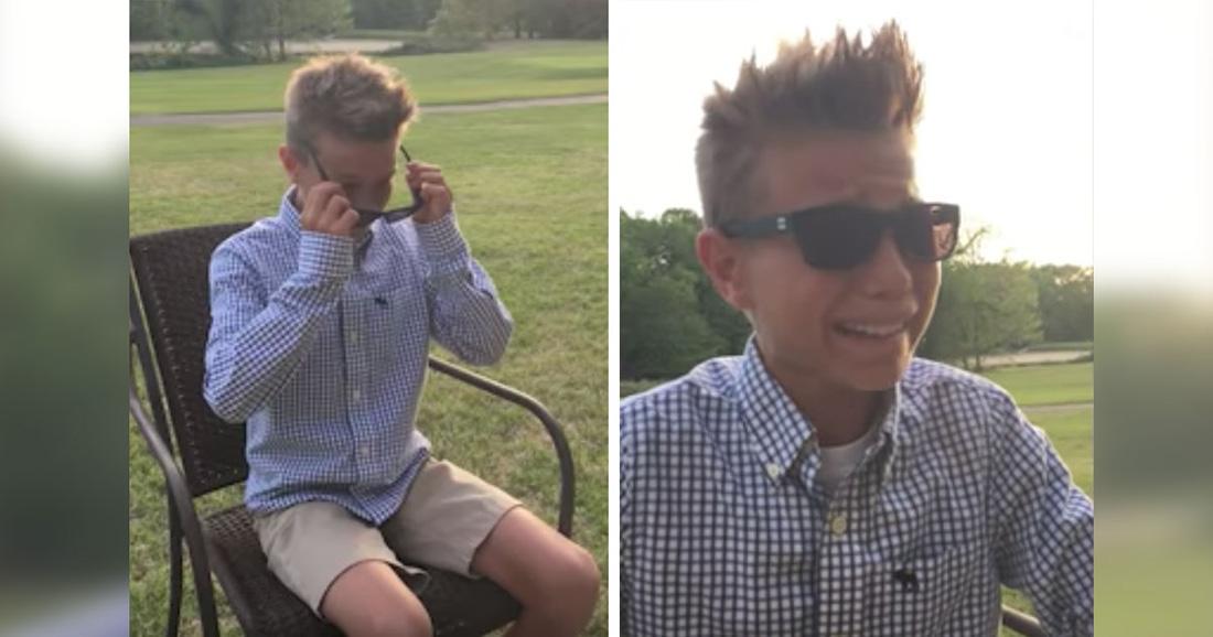 Родители подарили мальчику специальные очки. Когда он надевает их, он заливается слезами радости!