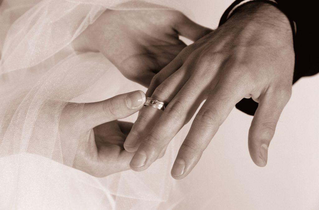 Эта пара была на своем пути к иной свадьбе. Но они растерялись, когда произошло это!