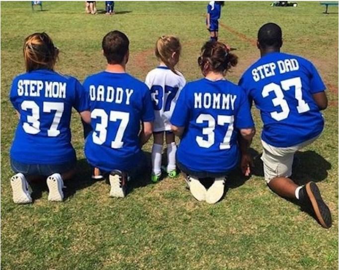 Зрители были ошеломлены, когда четверо родителей подбадривали девочку на футбольном матче. Они настоящий пример для подражания!