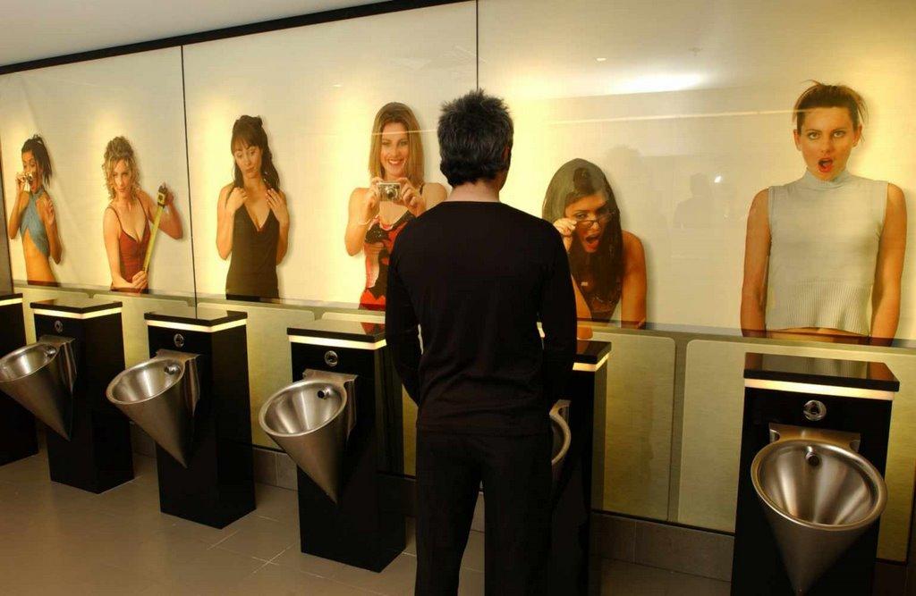 Трое мужчин в общественном туалете демонстрируют очень разный уровень воспитания. Ответ последнего – бесценно!