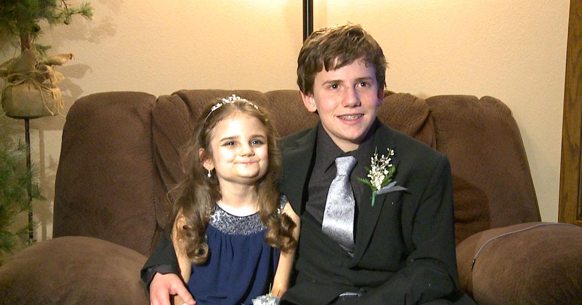 Больная девочка не могла пойти на свой первый школьный танец. Поэтому брат просит ее сделать это вместе с ним!