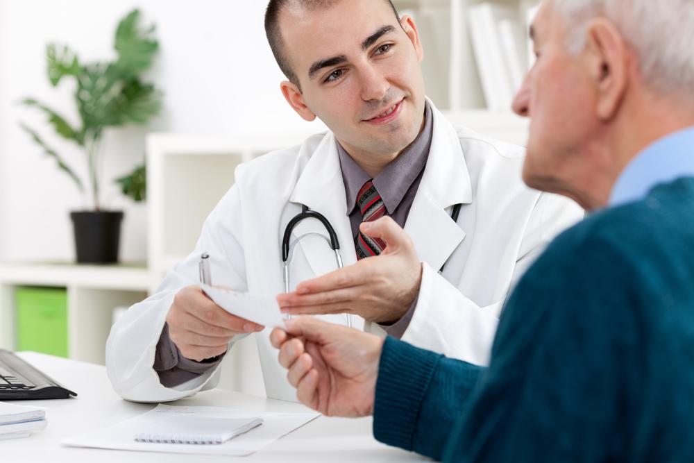Доктор сказал ей, что у ее мужа была необычная проблема. Что ответила пожилая дама — просто смешно!