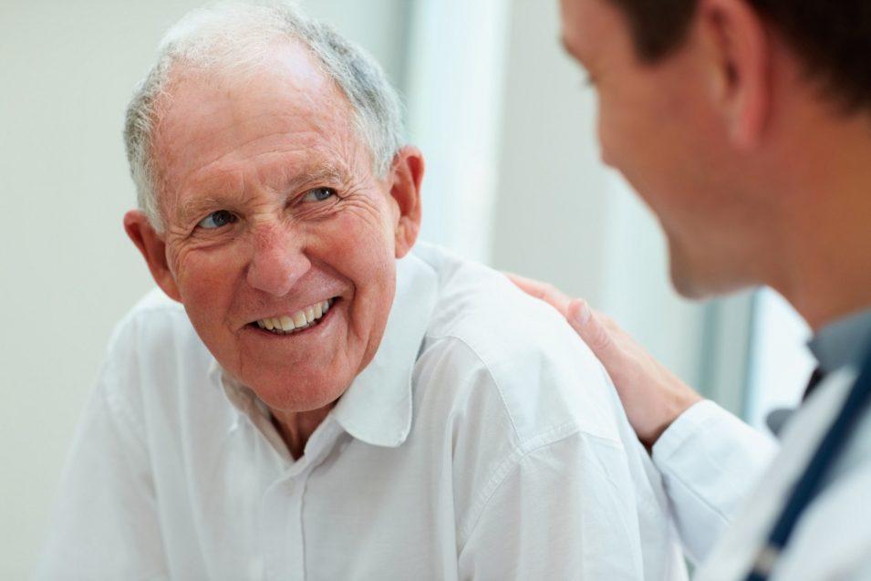 Доктор выражает беспокойство о психическом здоровье 80-летнего пациента. Пока его жена не говорит ему это!