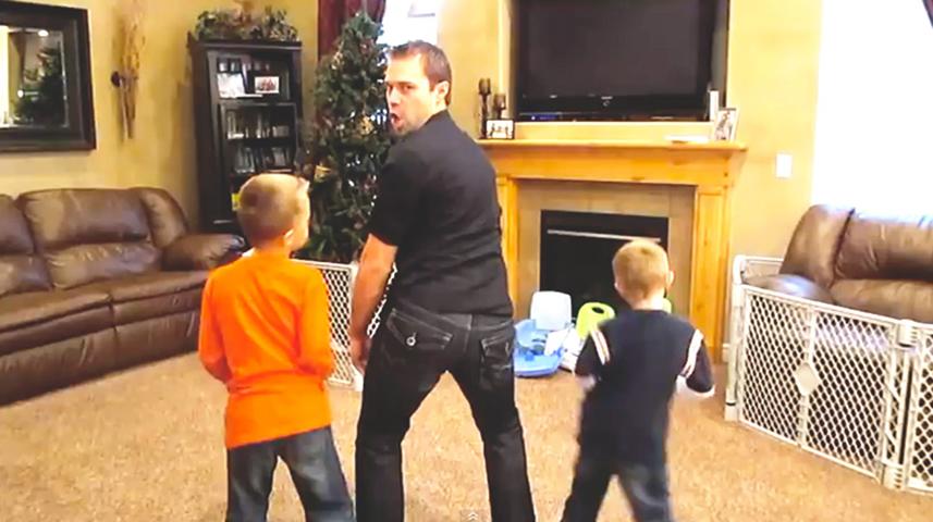 Мама ушла, поэтому папа и его тройняшки записывают веселый музыкальный клип на песню «Sexy And I Know It»!