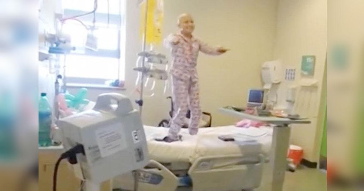 Девочка борется с раком, танцуя под знаменитую песню. Певец плачет, когда видит это видео!