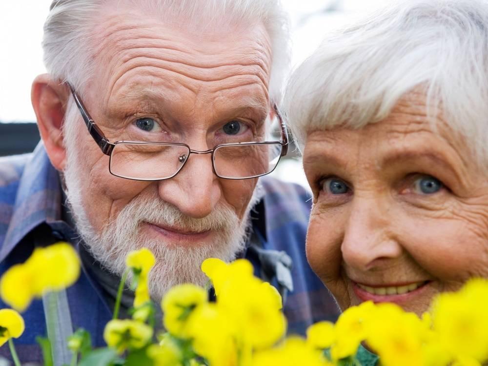 Маленькая девочка обычно ездит в автомобиле с дедушкой. Но то, что она говорит ему после поездки с бабушкой – неожиданно!