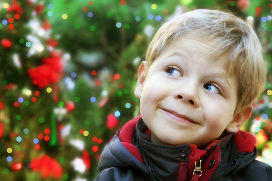 Этот маленький мальчик пытался купить новогоднюю елку для соседа, который потерял отца. Но он никогда не думал, что его мама скажет ему это!