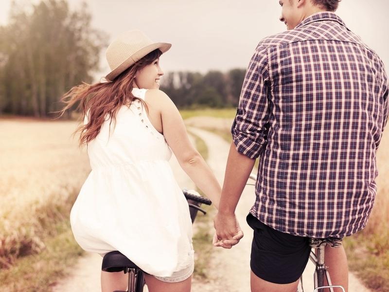 Девушка, которая нравится парню уже много лет, взяла его за руку и отвела в комнату. То, что произошло потом — стоит прочитать!