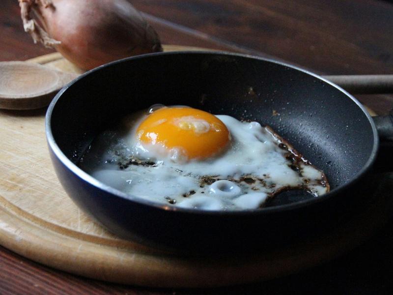 Жена решила приготовить яичницу на завтрак. То, что произошло дальше — стоит прочитать!