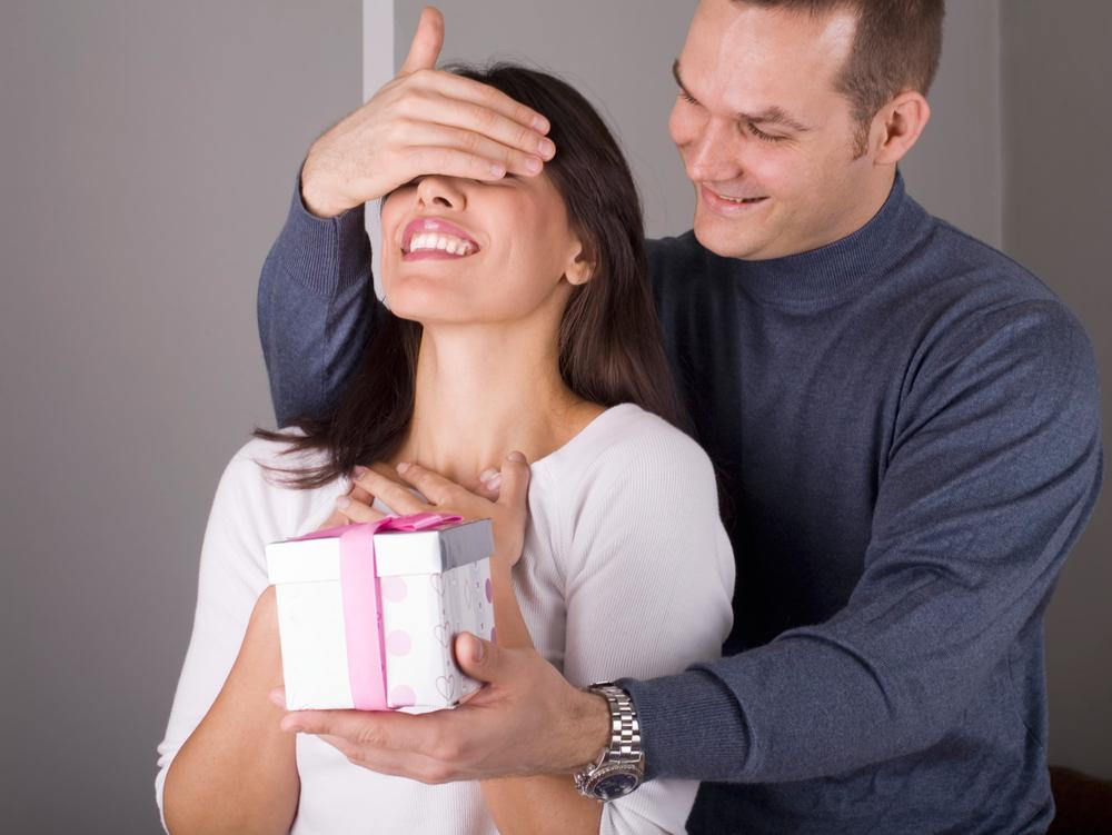 Слепой человек покупает что-то для своей жены, но то что произойдет дальше – уморительно!