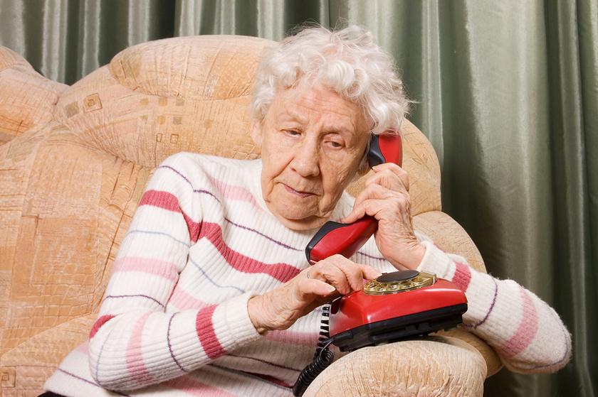 Бабушка дает указания внуку, который должен прийти к ней со своей женой. Это уморительно!