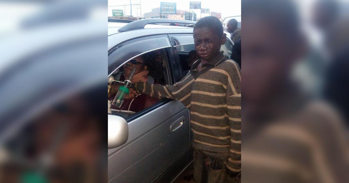 Уличный малыш подходит к машине и просит дать ему милостыню. Но он начинает плакать, когда видит эту женщину!