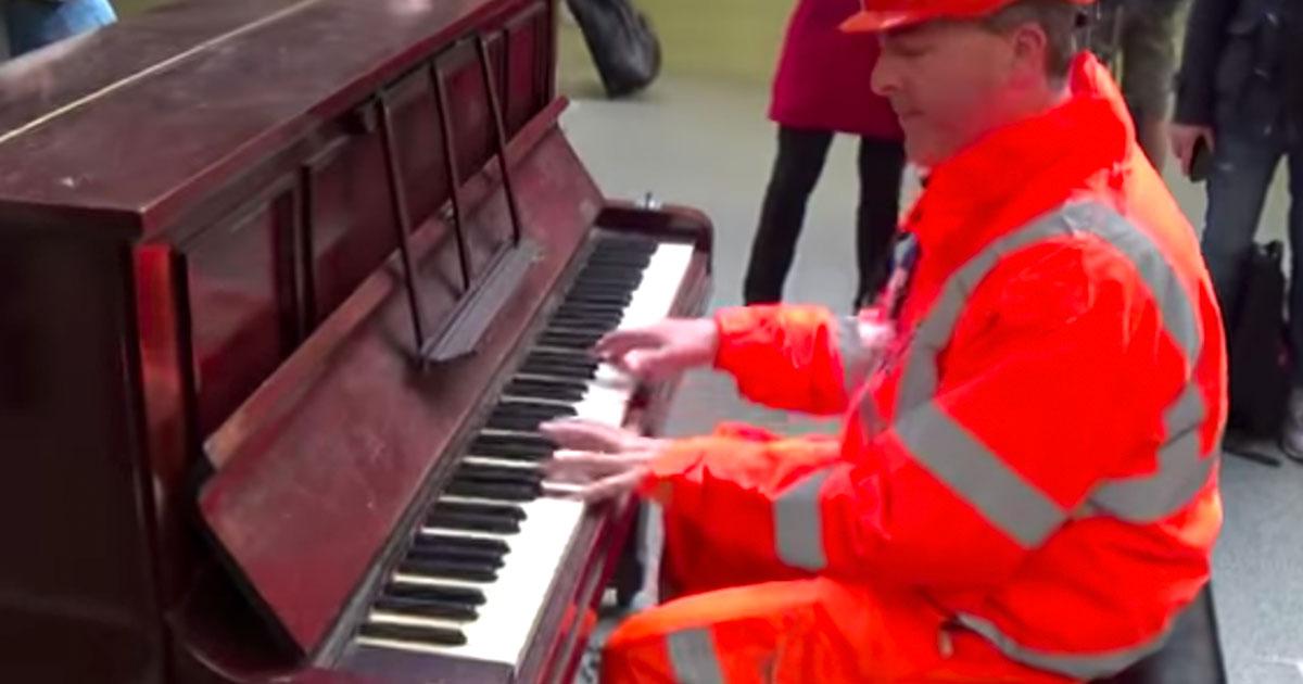 Рабочий решил сыграть на пианино на железнодорожном вокзале. Он просто парализует прохожих, когда начинает играть джаз!