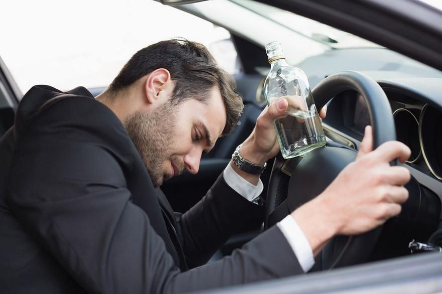 Пьяный медленно вышел из бара и направился к своему автомобилю, но когда к нему подошел полицейский – он был шокирован!