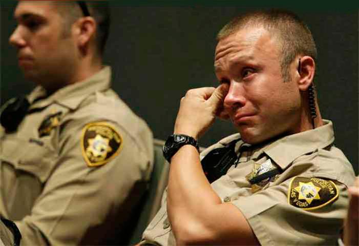 Этот полицейский уже видел самое худшее, и чтит своих павших товарищей. То, что он сказал – душераздирающе!