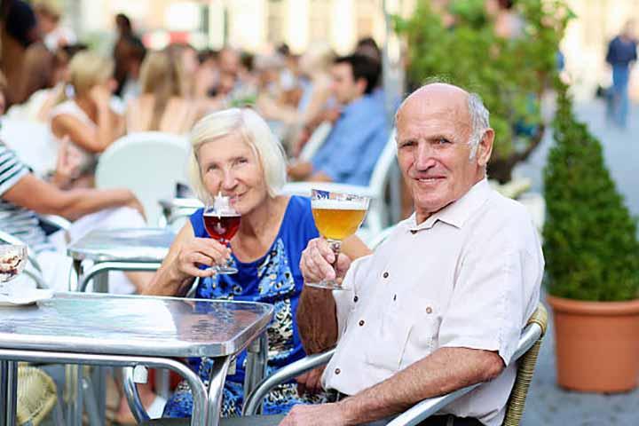 Люди оглядывались и испытывали жалость к этой пожилой паре, но то, что они сделали — потрясло всех!