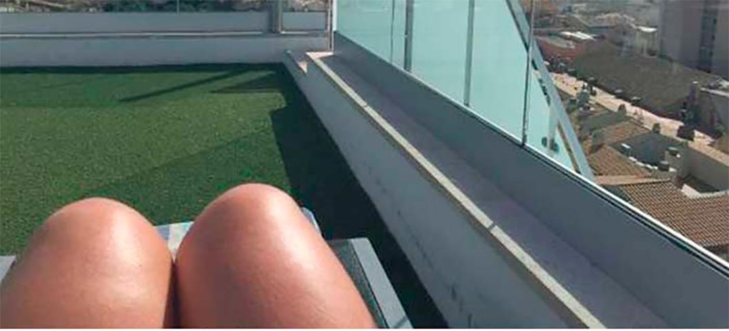 Она думала, что это хорошая идея, чтобы загорать голышом на крыше отеля. Но затем была глубоко смущена этим!